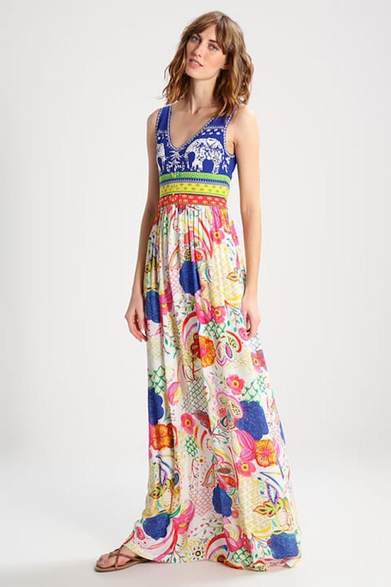 c8ed053957c1 Firmato Desigual il vestito lungo a fiori dai colori vivaci e dal taglio  contemporaneo. © Desigual