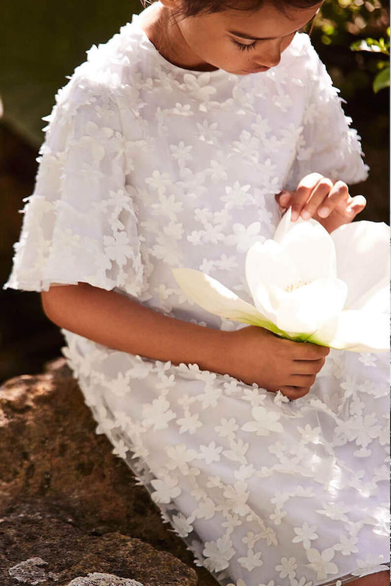 Super ricercato ma altrettanto comodo il vestito in tulle bianco con fiori  applicati firmato Il Gufo. © Il Gufo e03575730e2