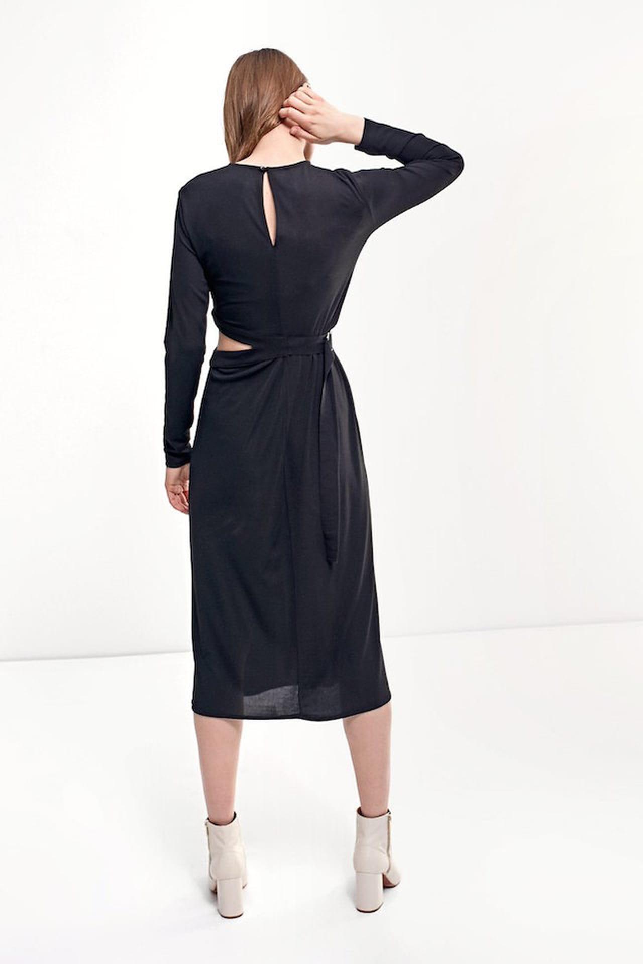 1c79337f9d56 Il vestito nero a palloncino di Stradivarius è total black e dalla  lunghezza midi. © Stradivarius