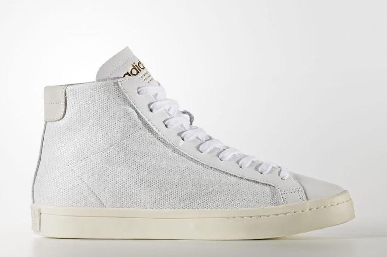 Le scarpe court vantage di Adidas sono alla caviglia e si abbinano con una  gonna lunga e un chiodo in pelle. © Adidas 6337139bb1d