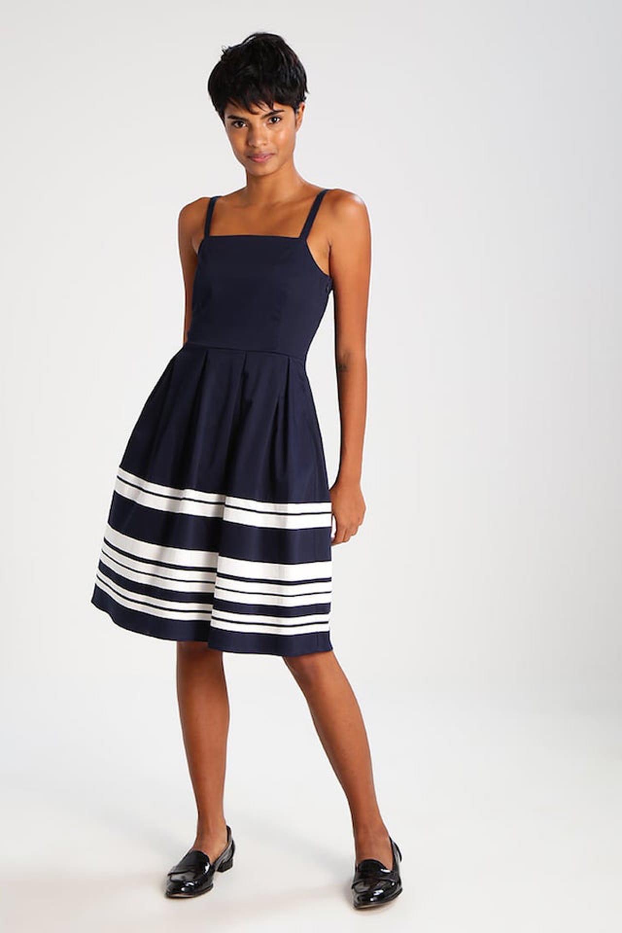 dfbcbcbcca97f Perfetto per le invitate più eleganti il vestito estivo navy blazer  declinato sul blu e sul bianco è l ideale anche per le cerimonie estive. ©  Mint Berry
