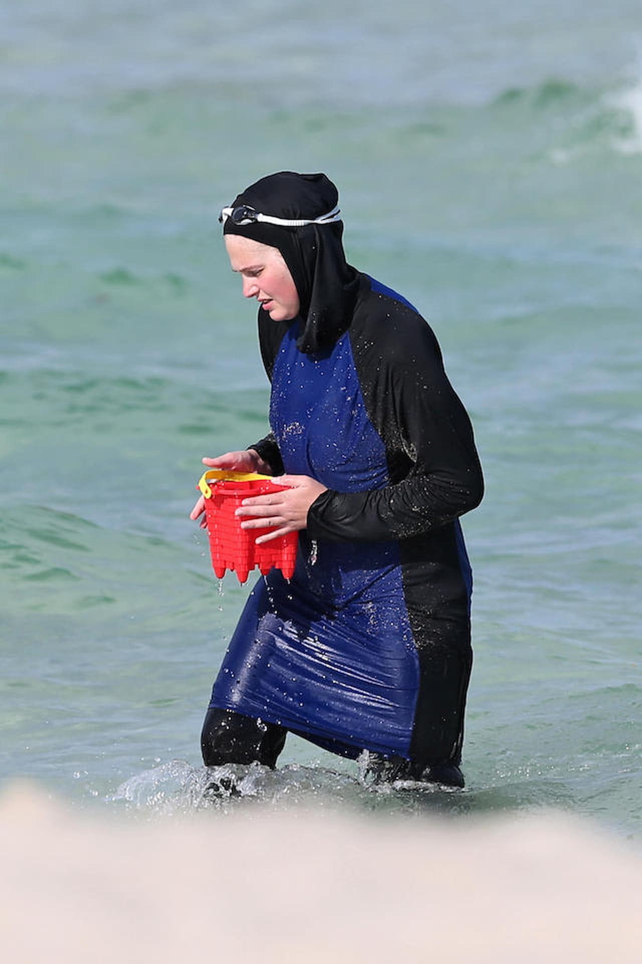 Burkini, Nizza: donna islamica si spoglia in spiaggia ...
