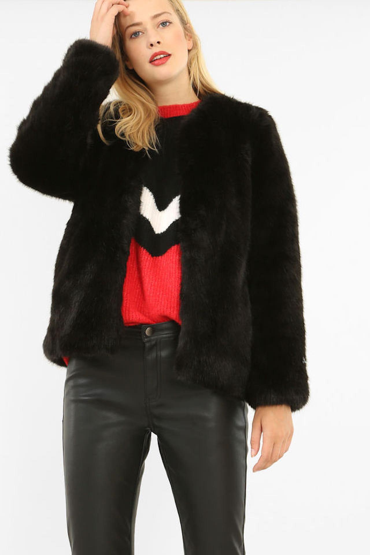 La giacca in pelliccia ecologica declinata sul nero e dal taglio corto di  Pimkie è in vendita a 49 e638b1c2acb