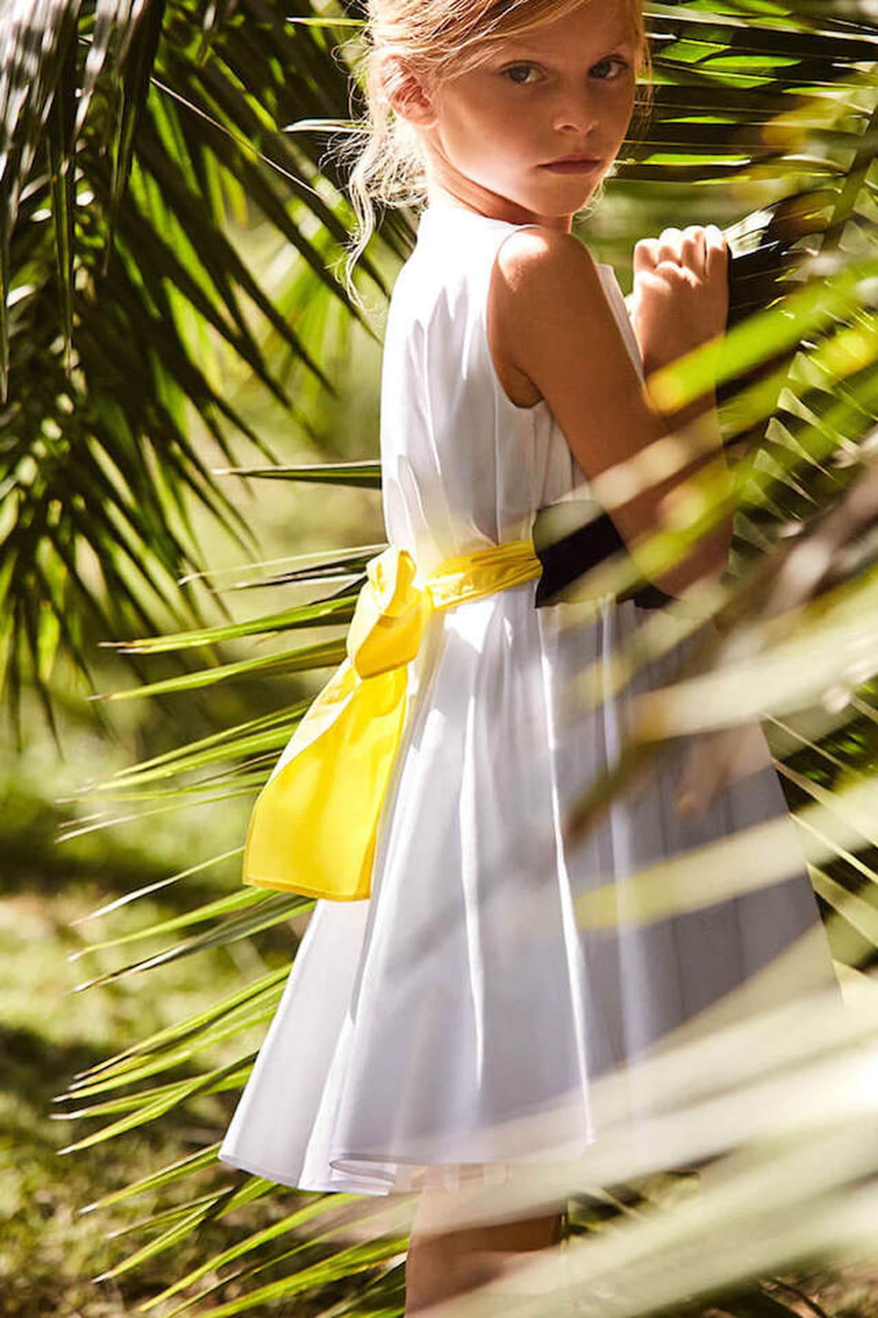 Ha tre colori l abito da bimba proposto da Il Gufo  il vestitino è bianco  mentre la fascia in vita è bi-color nera e gialla. © Il Gufo 4b5f783fd20