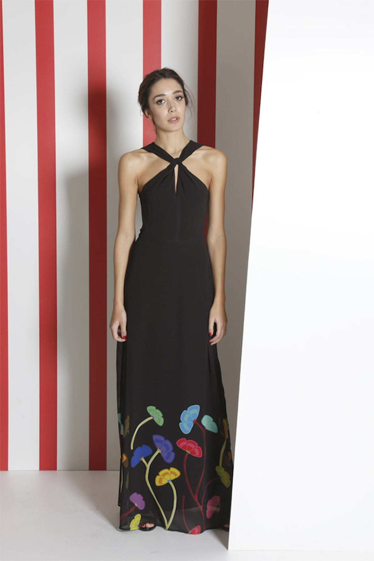 Il long dress total black di Sandro Ferrone è reso sbarazzino dalla  colorata fantasia floreale. © Sandro Ferrone 23e260b36e5