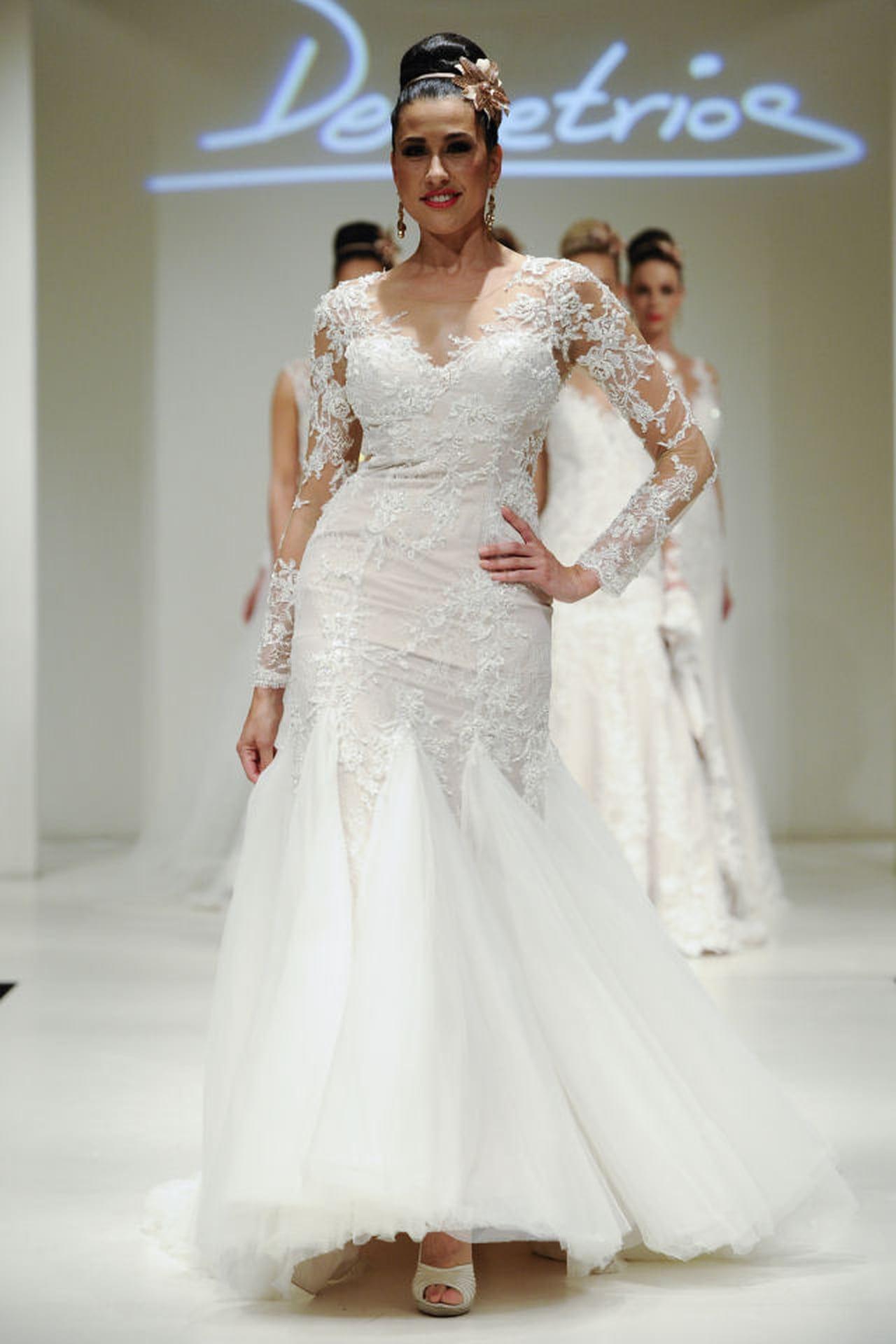 Abiti da sposa a sirena  la proposta curvy di Demetrios in pizzo e balze. ©  Imaxtree.com 984d17b310c