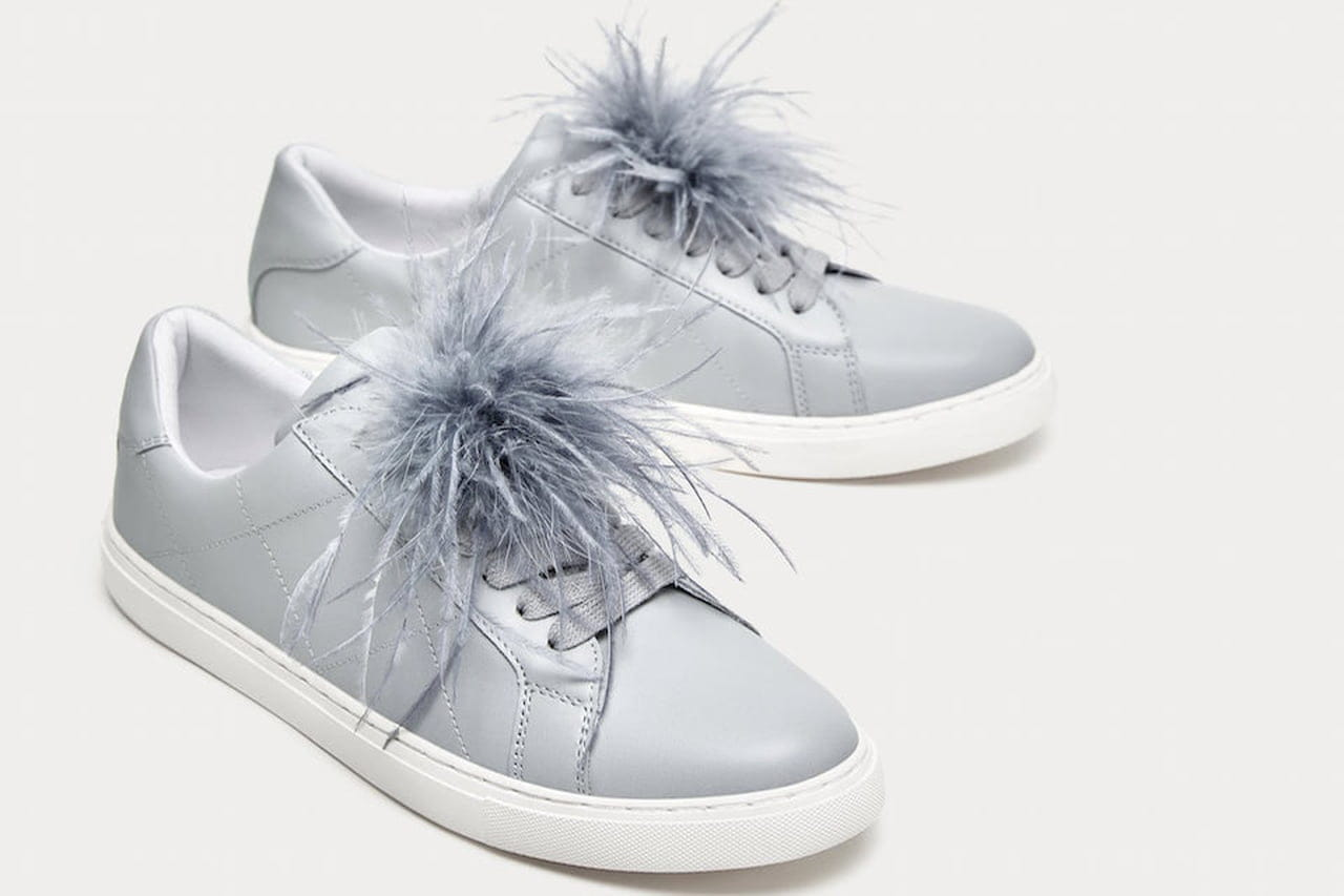 Le sneakers con piume di Zara si declinano su un grigio ghiaccio che le  rende passe-partout. © Zara 30f43ff8ce0