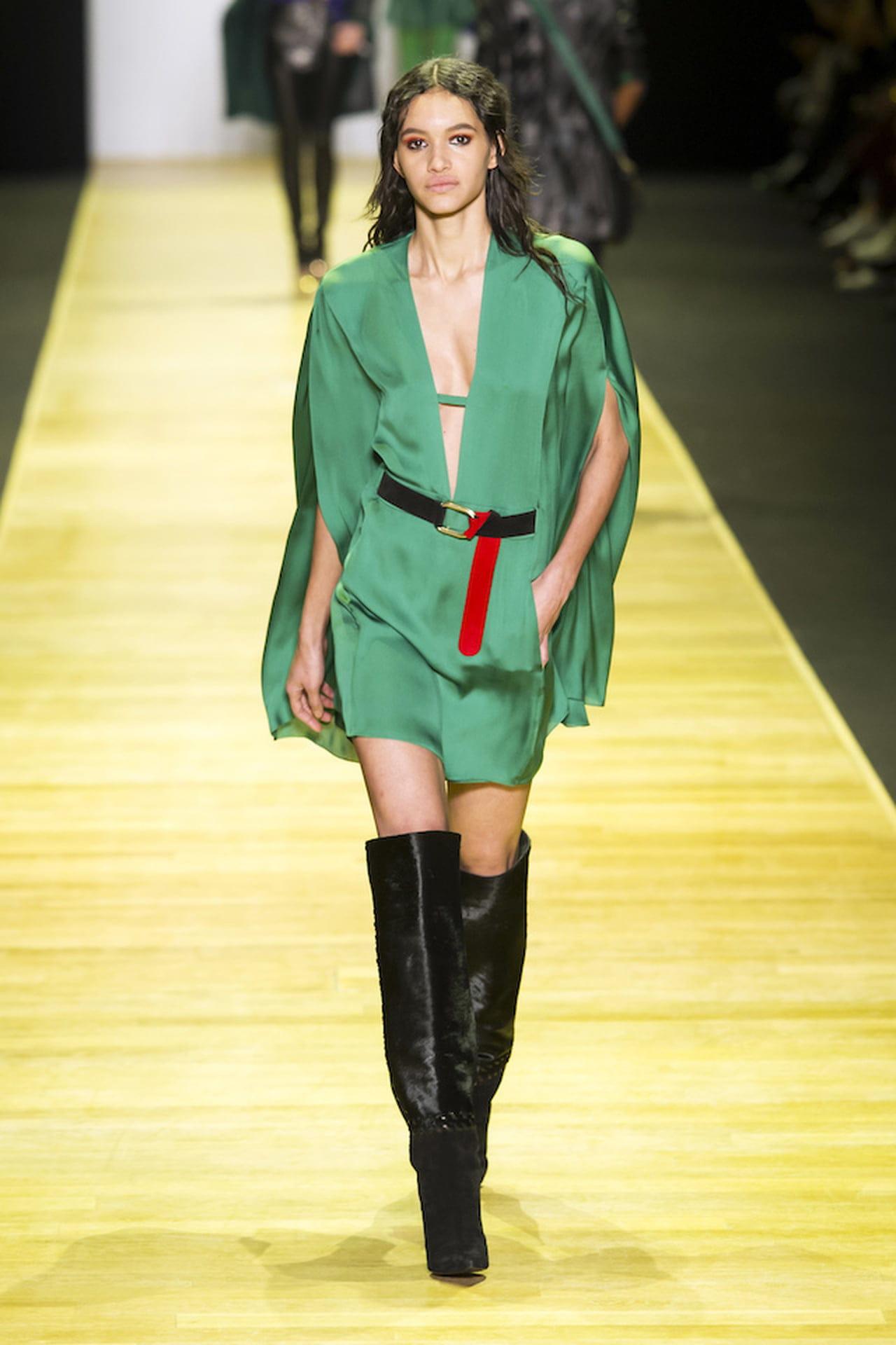 62d90229547f Il vestito a palloncino di Barbara Bui si declina sul verde arricchendosi  della mantellina applicata. © Imaxtree