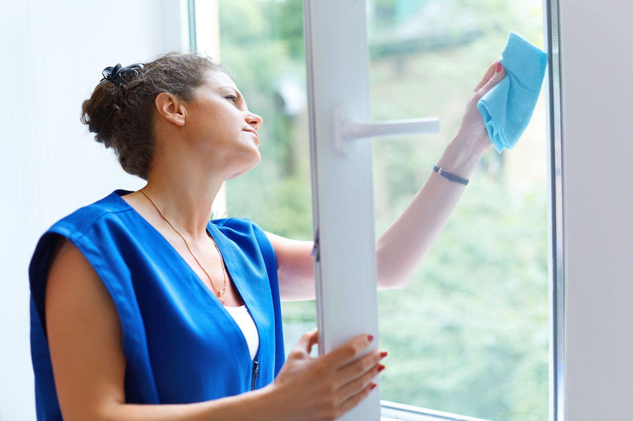 Pulire I Vetri Con Aceto come pulire i vetri: finestre e docce senza aloni - magazine