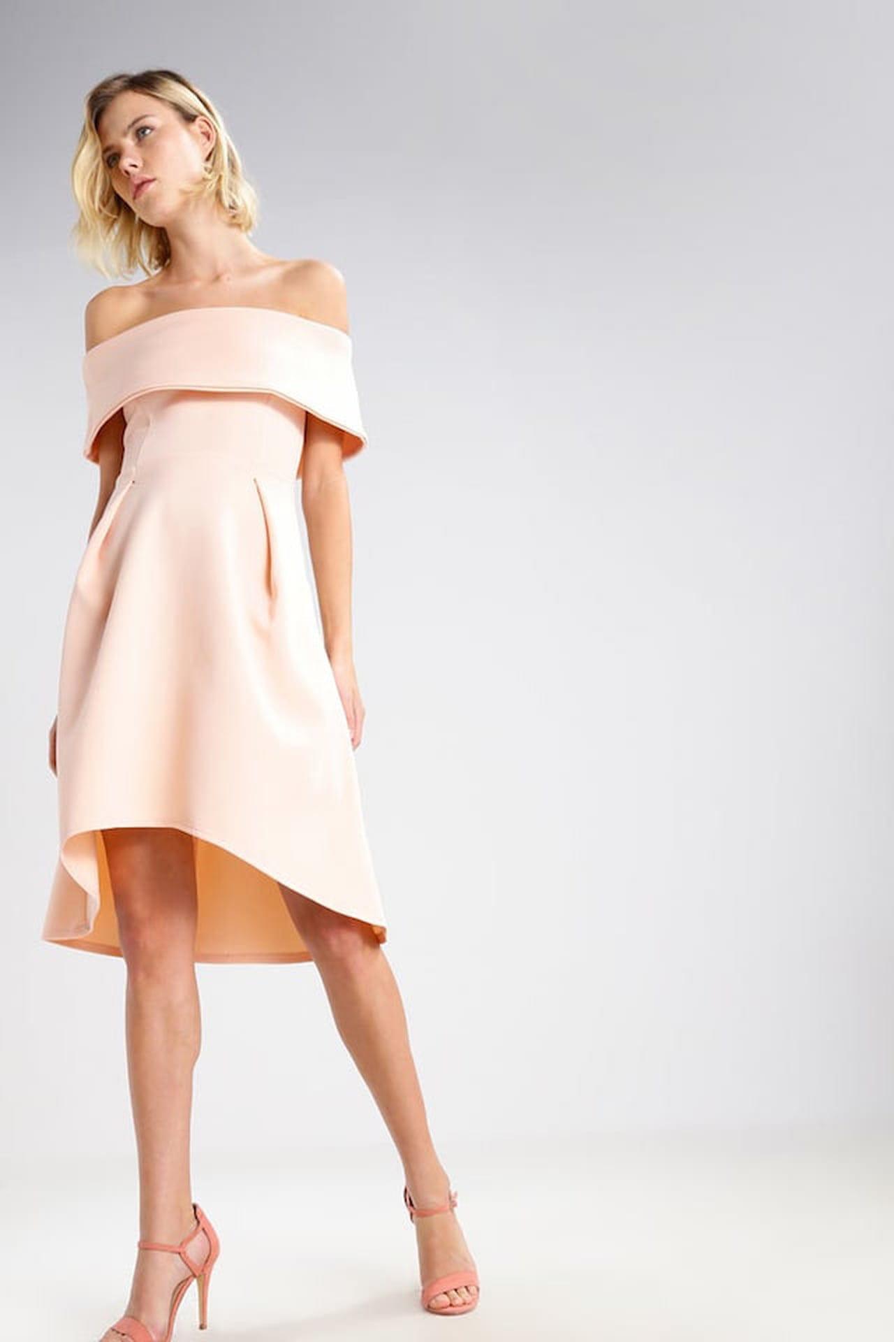 8bf99e182523a Adatto anche alle cerimonie estive il vestito in maglina dalla doppia  lunghezza di Missguided in tonalità nude. © Missguided