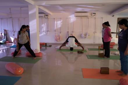 iyengar yoga posizioni e benefici  magazine delle donne