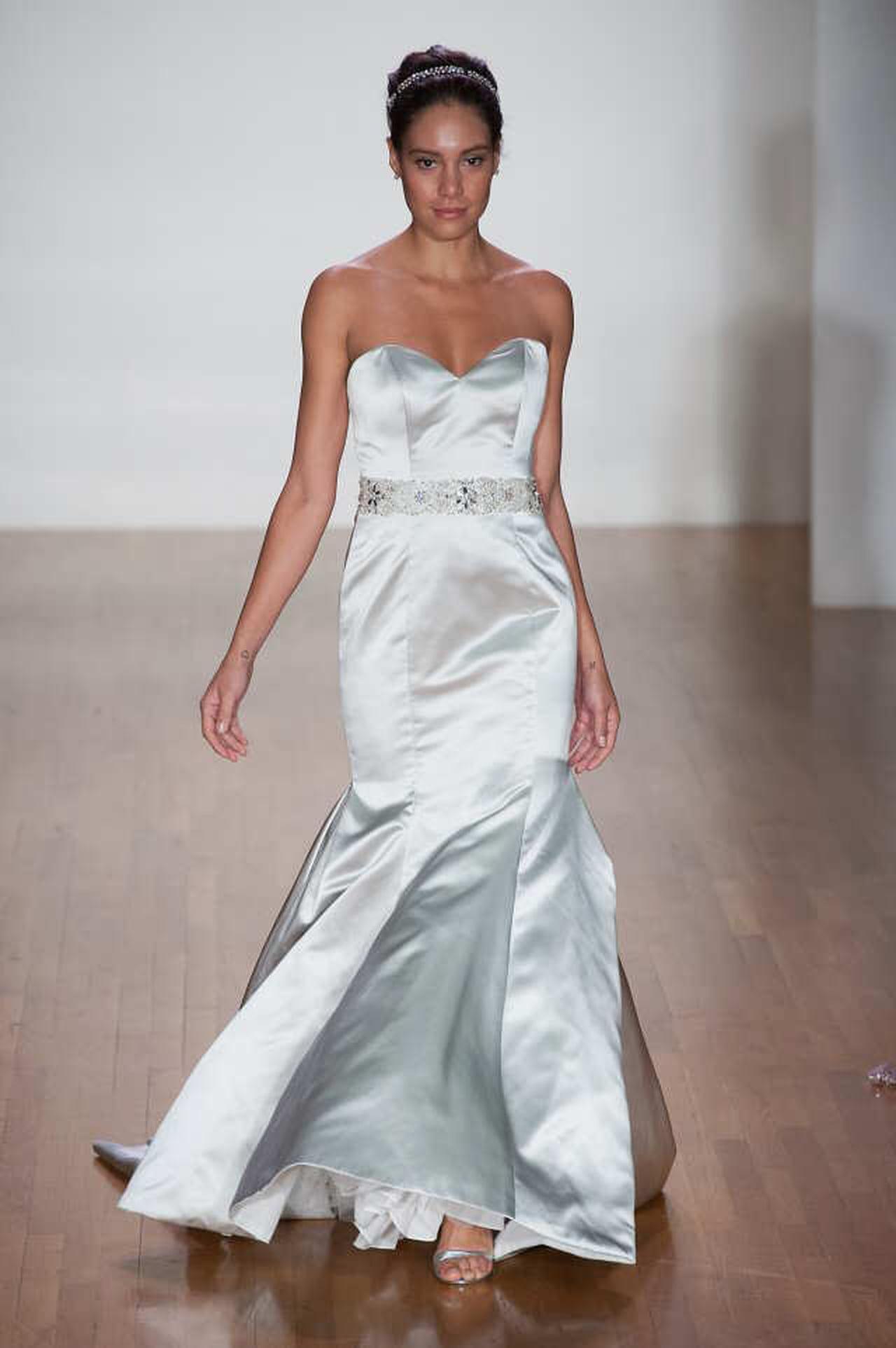 Abiti da sposa a sirena  la proposta di Elisabetta Polignano è semplice con  un dettaglio gioiello in vita. © Imaxtree.com f23cd9bf5c4