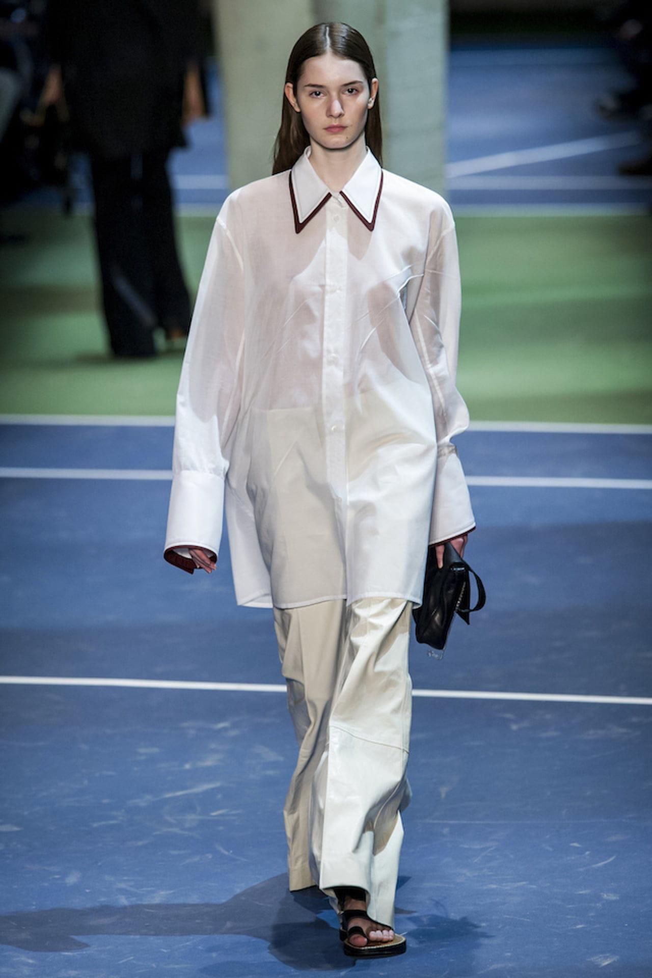 2eac2dff887123 Il colletto appuntito è un classico degli abiti in stile anni 30 che oggi  caratterizza anche modelli dalla foggia decisamente contemporanea. ©  Imaxtree.com